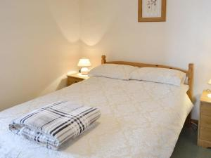 A bed or beds in a room at Ash Tree Cottage