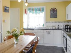 A kitchen or kitchenette at Principal Lighthouse Keeper's Cottage