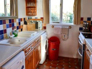 A kitchen or kitchenette at Vezelay 56