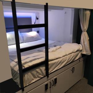 Ein Etagenbett oder Etagenbetten in einem Zimmer der Unterkunft Wink Capsule Hostel @ Chinatown (SG Clean)