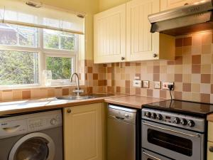 A kitchen or kitchenette at Osprey House