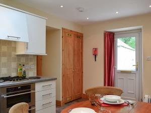 A kitchen or kitchenette at Ferniehaugh Cottage