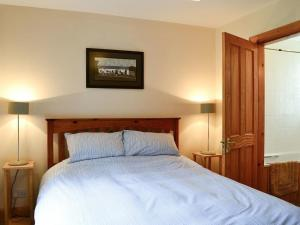 A bed or beds in a room at Ferniehaugh Cottage