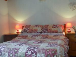 A bed or beds in a room at Tarrant Cottage