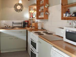 A kitchen or kitchenette at Glen Cottage
