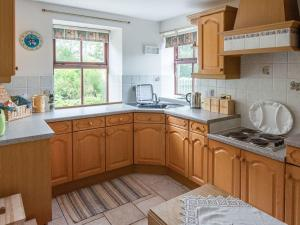 A kitchen or kitchenette at Middle Lodge