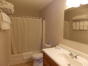 A bathroom at C-Way Resort