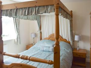 A bed or beds in a room at Cherry Tree Bungalow