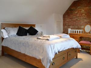 A bed or beds in a room at The Lodge At The Granary