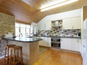 A kitchen or kitchenette at The Mill House