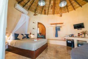 Кровать или кровати в номере The Mud - SHA Certified