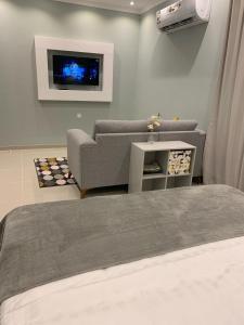 Uma TV ou centro de entretenimento em Mila Hotel
