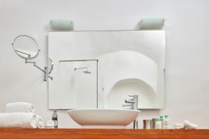 Salle de bains dans l'établissement Katikies Santorini - The Leading Hotels Of The World