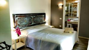 A bed or beds in a room at Hotel Costa dei Fiori