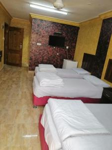 A bed or beds in a room at Aqaba Roza