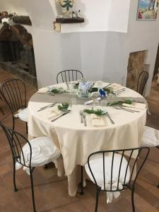 A restaurant or other place to eat at Domus Agricolae Corallina