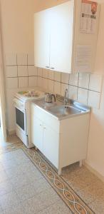 Cucina o angolo cottura di appartamento vista mare