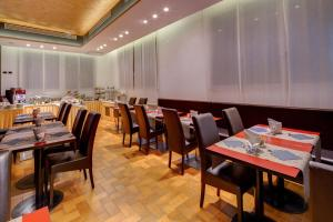 A restaurant or other place to eat at Jet Hotel, Sure Hotel Collection by Best Western