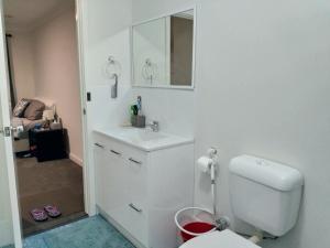 A bathroom at The Fawzi Muslim Homestay
