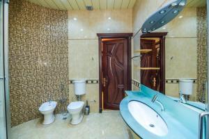 Um banheiro em Apartment On Center Targovi