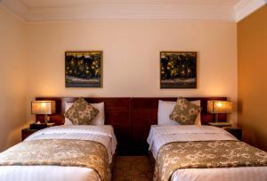 سرير أو أسرّة في غرفة في فلل فيفيندا الفندقية
