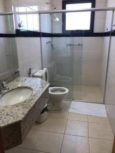 A bathroom at Center Hotel Cambará