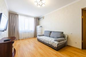 A seating area at Apartment on Obolonskaya Square 3