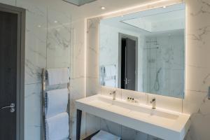 A bathroom at Dalmeny Park House Hotel