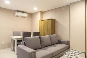 A seating area at Homey 1BR at Enviro Apartment Cikarang By Travelio