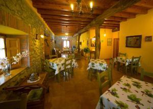 A restaurant or other place to eat at Posada La Rivera De Escalante