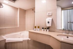A bathroom at Satori Hotel