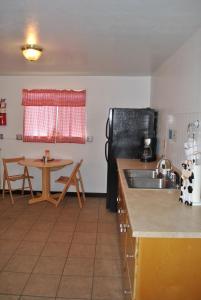 A kitchen or kitchenette at Aspen Inn