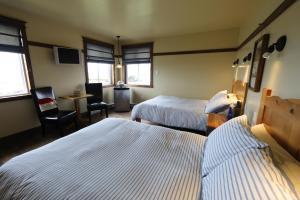 A bed or beds in a room at Auberge la Salicorne et Escapades - Adventure Resort