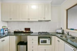 A kitchen or kitchenette at Arthurs Views