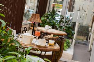 A restaurant or other place to eat at Hôtel de l'Horloge