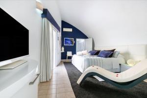 Telewizja i/lub zestaw kina domowego w obiekcie Hotel THe Risco Del Gato Suites