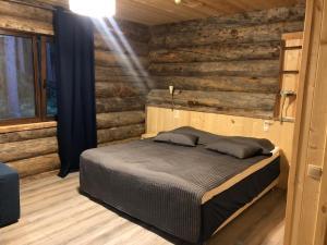 Кровать или кровати в номере Коттедж «Талви»