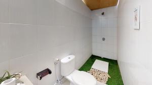 A bathroom at Casa Blanca Gili Air