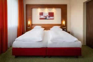 A bed or beds in a room at Parkhotel am Taunus