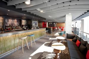 The lounge or bar area at ibis Brighton City Centre - Station