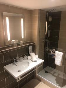 A bathroom at Kyriad Montpellier Sud - A709
