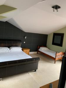 A bed or beds in a room at Lake Lounge Rooms