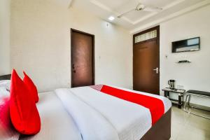 A bed or beds in a room at OYO 19660 Hotel Tirupati Residency By Arn Group