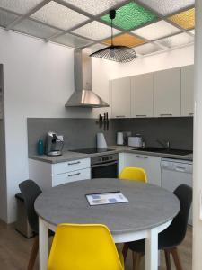 A kitchen or kitchenette at Maison avec 2 appartements proche plage