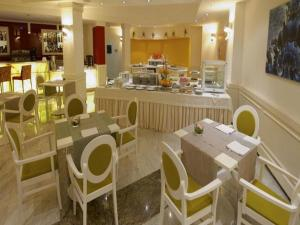 A restaurant or other place to eat at iH Hotels Bari Oriente
