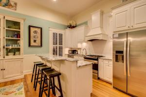 A kitchen or kitchenette at True Knot Cottage