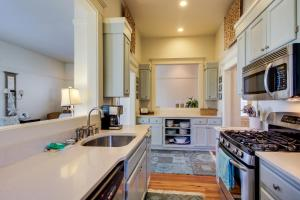 A kitchen or kitchenette at June Bright Cottage