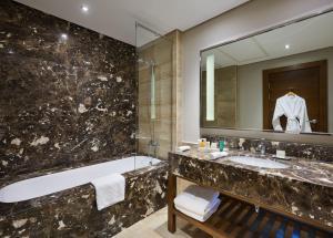 A bathroom at Hilton Pyramids Golf