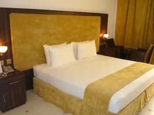 سرير أو أسرّة في غرفة في قرية سمهرم التراثية