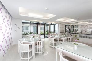 Ein Restaurant oder anderes Speiselokal in der Unterkunft Hotel Prinz Anton